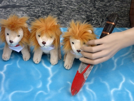 Blutiges Spiel mit dem Löwen