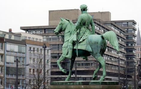 Das hat er nicht gewollt: Herzog Friedrich Wilhelm blickt auf das moderne Braunschweig. Foto: Andreas Maxbauer